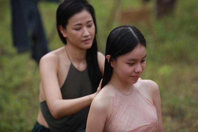 Ồn ào chuyện mặc áo yếm không phòng hộ mới trên màn ảnh Việt