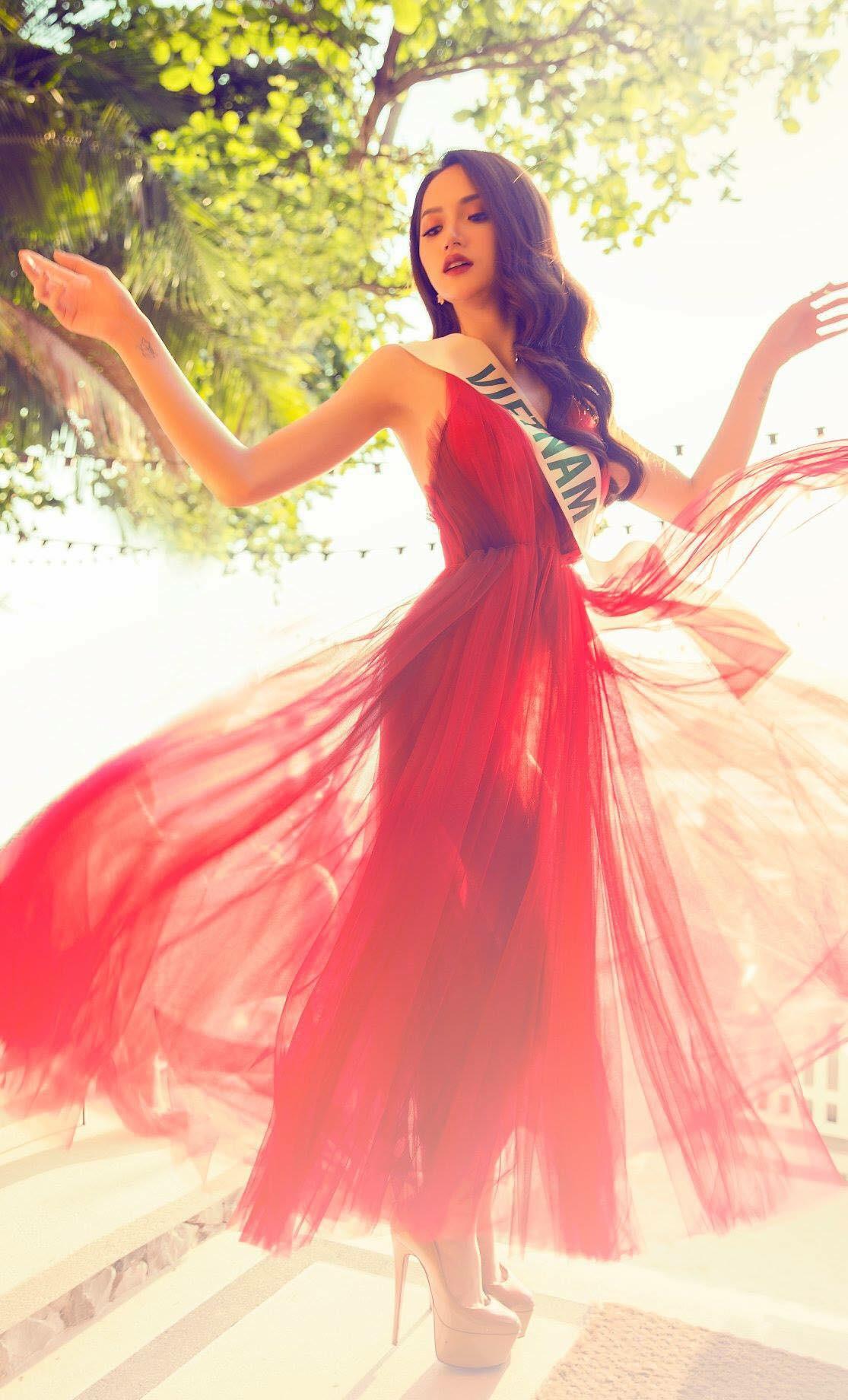 Những chiếc váy giúp Hoa hậu Hương Giang nâng tầm đẳng cấp  - Ảnh 2.