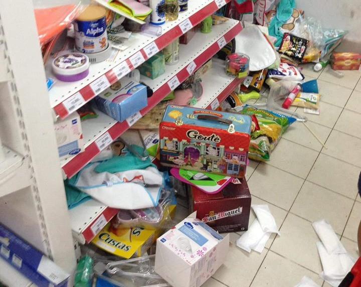 Tranh vét siêu thị Auchan trước ngày đóng cửa, người dùng Việt xấu xí vứt hàng bừa bãi, ăn bánh, uống nước không trả tiền  - Ảnh 2.