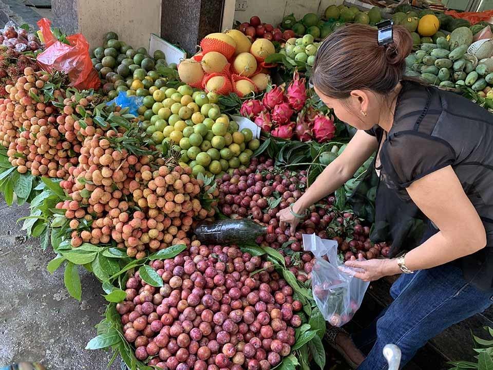 Cận Tết Đoan Ngọ, hoa quả 'giết sâu bọ'' tăng giá phi mã