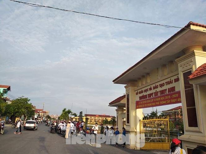 Sáng nay, gần 18.000 học sinh Thái Bình dự thi vào lớp 10 công lập - ảnh 5