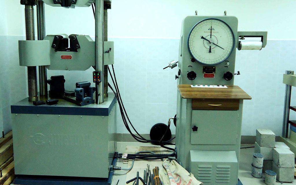 HSMT yêu cầu có phòng thí nghiệm vật liệu gần công trình, trong phạm vi 100 km là hạn chế sự tham gia của các nhà thầu. (Ảnh minh họa)