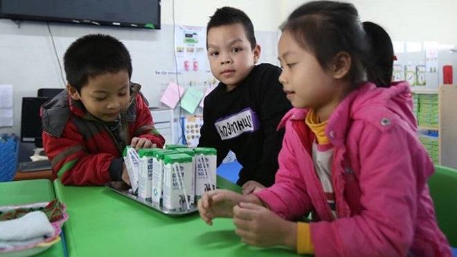 Học sinh ở Hà Nội uống sữa học đường
