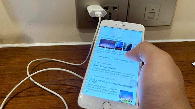 Sử dụng điện thoại khi đang sạc điện tiềm ẩn nguy cơ tai nạn /// Ảnh minh hoạ Hoàng Phan