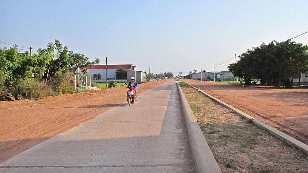Tuyến đường bê tông xi măng vào Nhà máy May Phù Cát được khởi công khi chưa xác định và bố trí được nguồn vốn. Ảnh: TM st