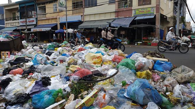 Rác chất hàng tấn tại ngã 4 chợ cũ Bảo Lộc