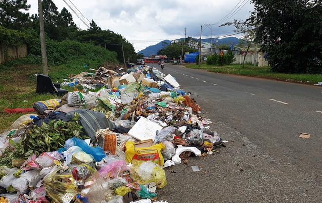 Thu gom cầm chừng, hàng trăm tấn rác ứ đọng khắp TP Bảo Lộc1