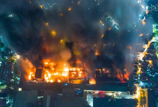Vụ cháy nghiêm trọng tại Công ty cổ phần Bóng đèn phích nước Rạng Đông hôm 28/8. Ảnh Mạnh Thắng