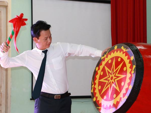 Bí thư Tỉnh ủy Đặng Quốc Khánh đánh hồi trống khai trường PTDT nội trú THPT tỉnh PTDT nội trú THPT tỉnh.
