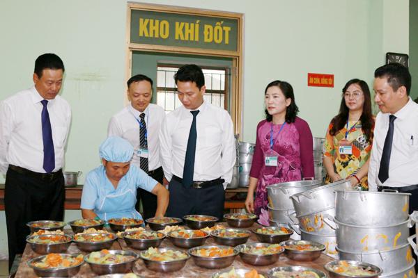 Bí thư Tỉnh ủy và Chủ tịch UBND tỉnh kiểm tra bếp ăn nội trú của trường.