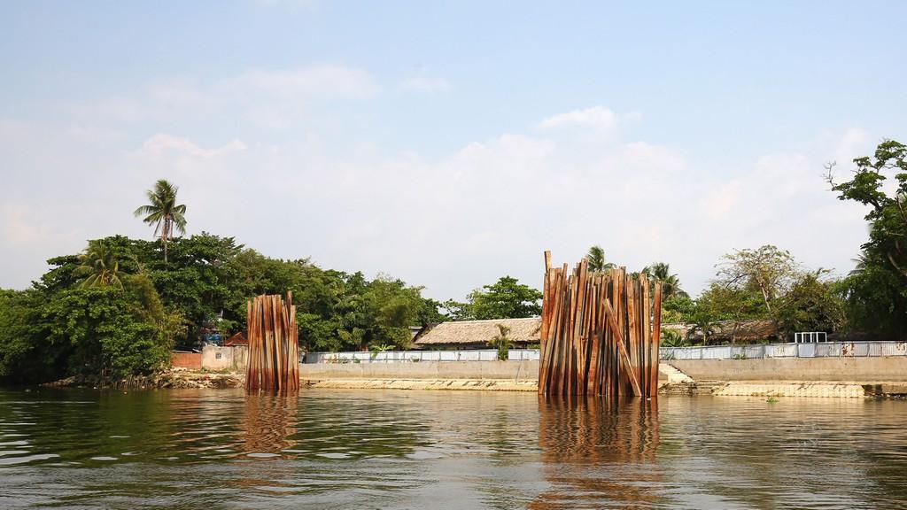 Gói thầu số 15 thuộc Dự án Nạo vét trục thoát nước rạch Xóm Củi (TP.HCM) có nội dung chính là xây lắp kè, vỉa hè, hệ thống thoát nước, nạo vét lòng rạch… Ảnh: Nhã Chi