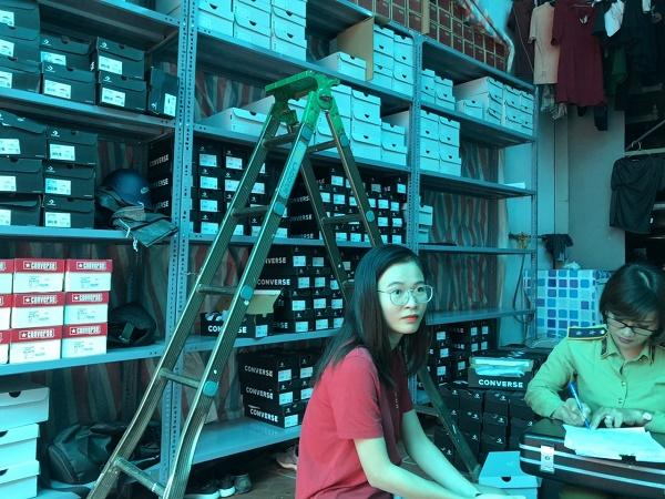Đội Quản lý thị trường số 1 thuộc Cục Quản lý thị trường thành phố Hà Nội kiểm tra cửa hàng và nơi cất giữ hàng hóa tại ngách 9B ngõ 35/76 An Dương, phường Tứ Liên, quận Tây Hồ, thành phố Hà Nội
