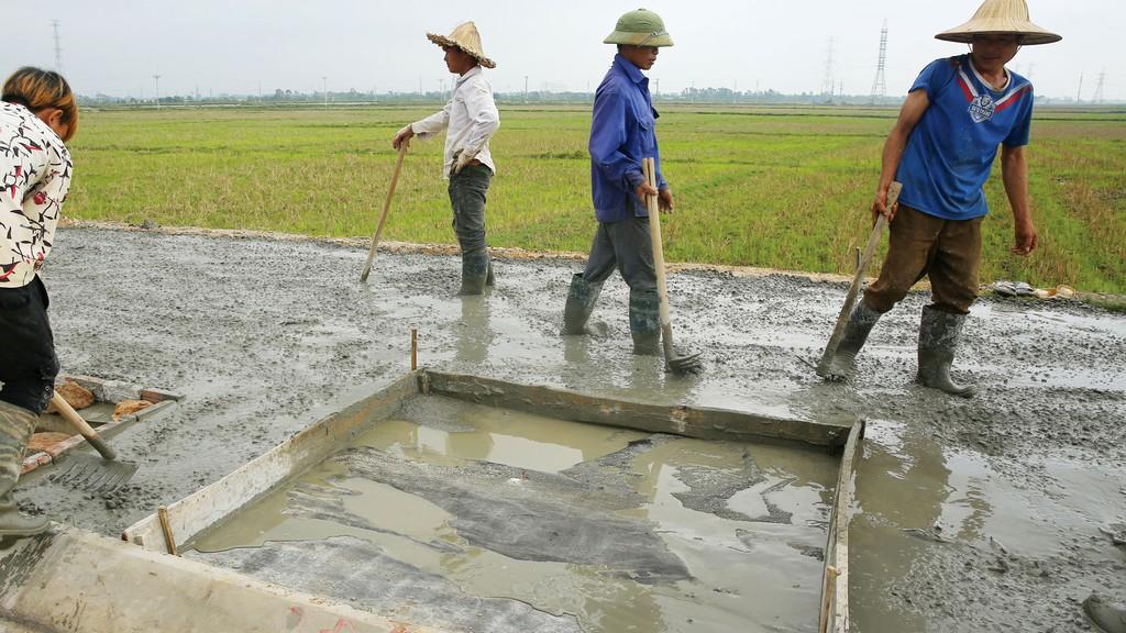 Một số gói thầu cải tạo, nâng cấp đường giao thông nông thôn mà Tân Thành Đạt trúng thầu có giá trúng thầu giảm chưa đến 1 triệu đồng so với giá gói thầu. Ảnh minh họa: Nhã Chi