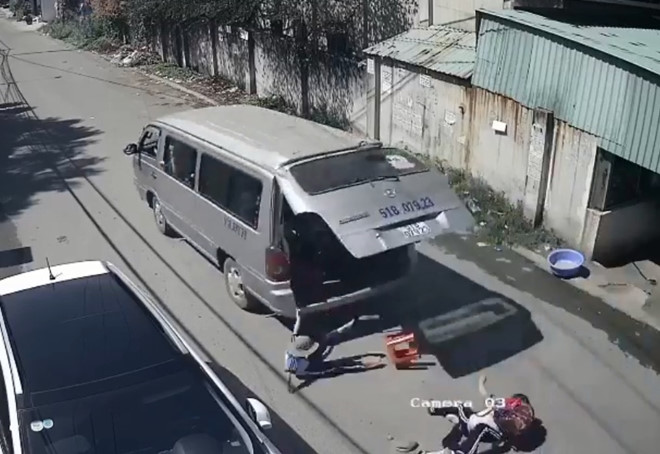 Phạt tiền tài xế làm rơi học sinh xuống đường,điều tra việc mua bằng lái xe