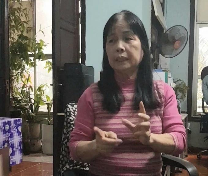Bà Đào Thị Phương đội đơn đi kiện ông Nguyễn Phúc Long và nhiều cá nhân khác suốt hơn 15 năm qua. Ảnh: LAT.