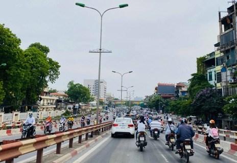 Người dân đổ ra đường đi làm, đi chơi…- cảnh tắc đường, ùn ứ quen thuộc ở Thủ đô quay trở lại