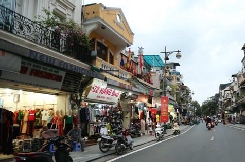 """Nhiều hàng quán thuộc loại hình """"dịch vụ không thiết yếu"""" trên phố cổ Hà Nội đã sáng đèn"""