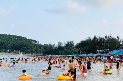 Trong khi đó, các khu du lịch ghi nhận lượng khách tăng đột biến, nhất là vào những ngày lễ cuối tuần