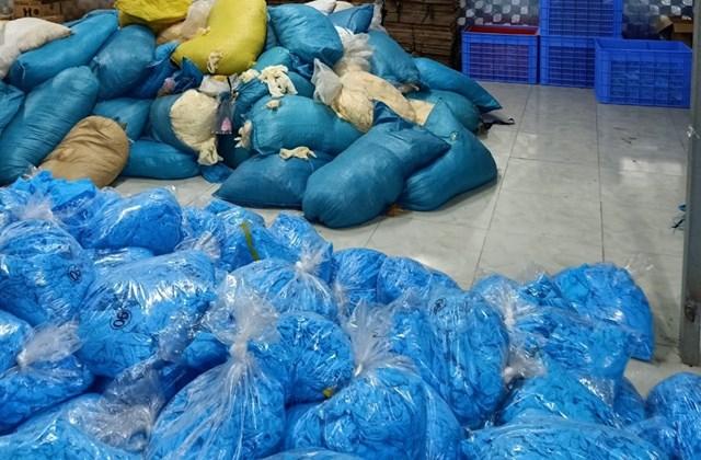 Bắc Ninh: Phát hiện kho hàng chứa hàng chục tấn găng tay cao su kém chất lượng - Ảnh 1
