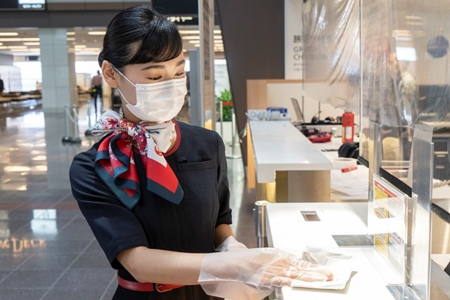 Trang phục mùa dịch Covid-19 của tiếp viên JAL