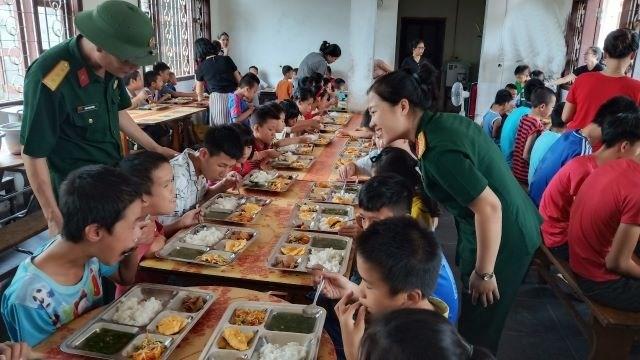 Cán bộ, nhân viên Ban CHQS luôn chăm sóc các cháu ở Trung tâm bằng cả tình thương và trách nhiệm.