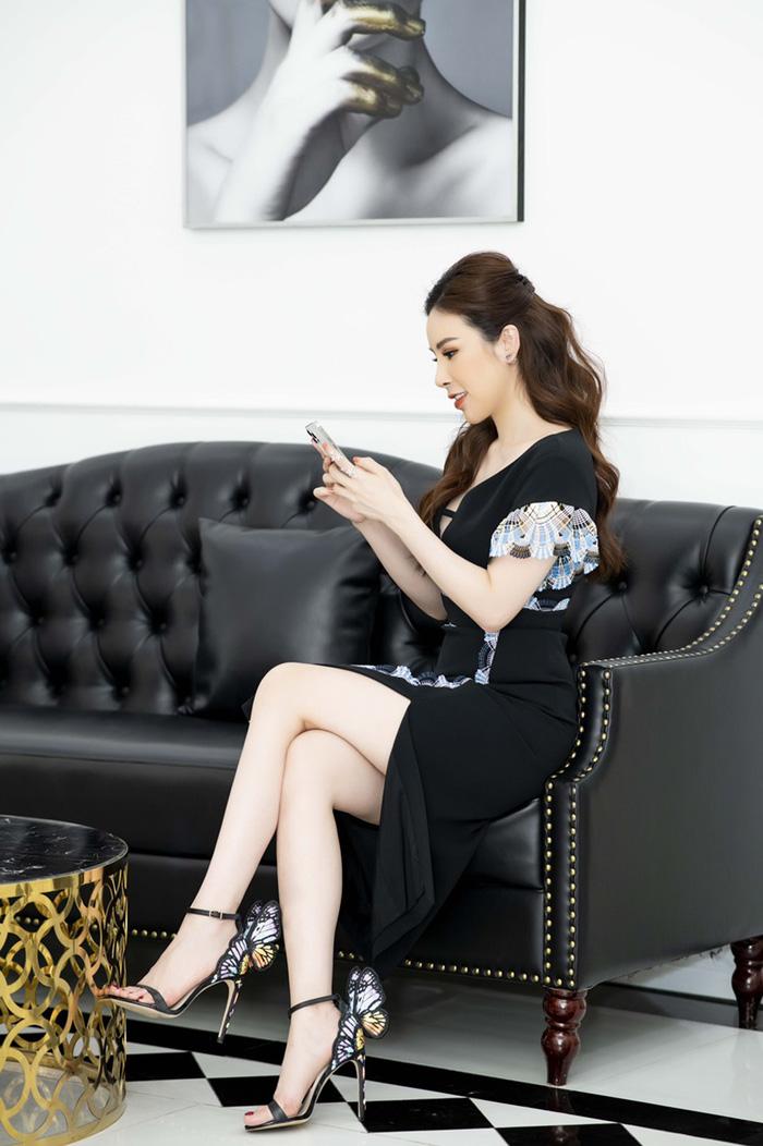 Váy xẻ đùi thanh lịch nhưng không kém phần gợi cảm của Peter Pilotto được Hoa hậu Hoàng Dung mix đôi sandal ấn tượng hình cánh bướm của Sophiawebste