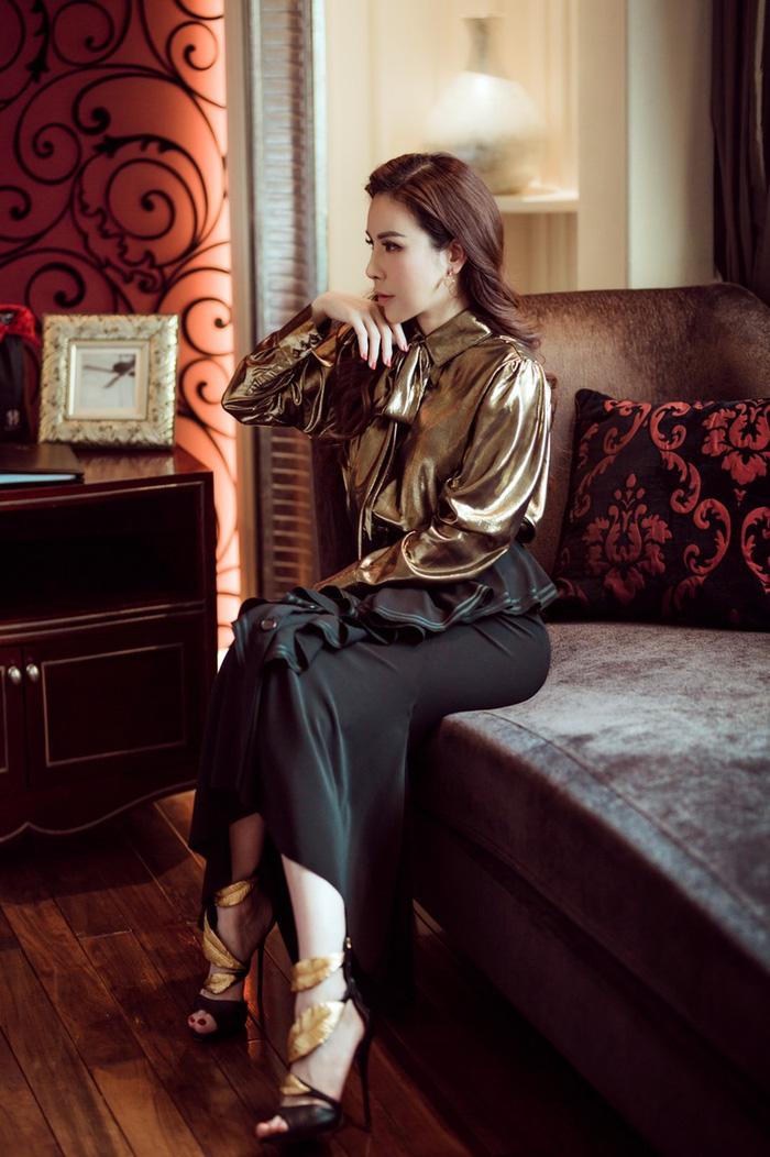 Áo metallic kết hợp cùng chân váy dài độc đáo của Givenchy. Sandal Giuseppe Zanotti với chi tiết hình chiếc lá ánh kim, ton sur ton với áo
