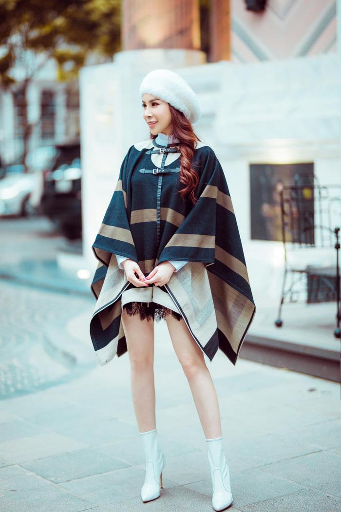Xuống phố những ngày đông lạnh giá của Hà Nội, người đẹp khoác áo choàng dạng cape của LV để giữ ấm cơ thể nhưng vẫn khoe được đôi chân dài nuột nà. Mũ nồi trắng và boots cùng tông màu hiệu Gianvitorossi càng tôn thêm vẻ sành điệu cho Hoa hậu