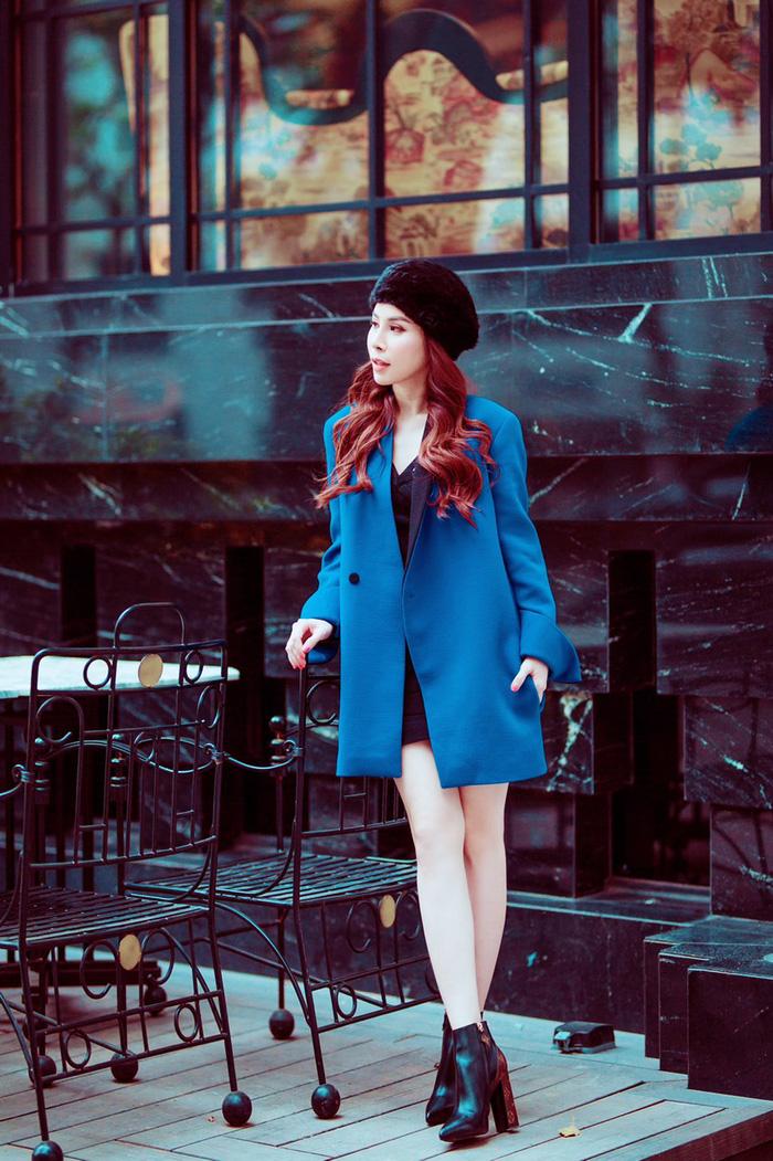 Áo khoác xanh của nhà mốt Fausto Puglisi nổi bật khi được Hoàng Dung phối hài hoà với váy ngắn, boots LV và mũ nồi tông đen