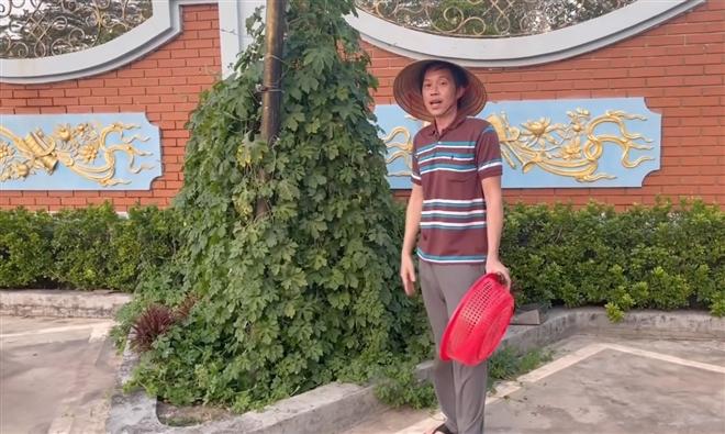 Hoài Linh mặc vest làm vườn, đáp trả cực gắt anti-fan - 1