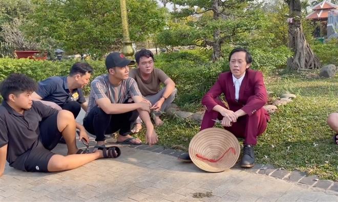 Hoài Linh mặc vest làm vườn, đáp trả cực gắt anti-fan - 2