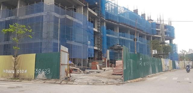 vật liệu xây dựng để bừa bộn dưới dự án