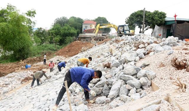 Nhà thầu thi công đẩy nhanh tiến độ hoàn thành công trình xử lý sự cố sạt lở đê sông Bùi, đoạn thôn 5, xã Quảng Bị (huyện Chương Mỹ).