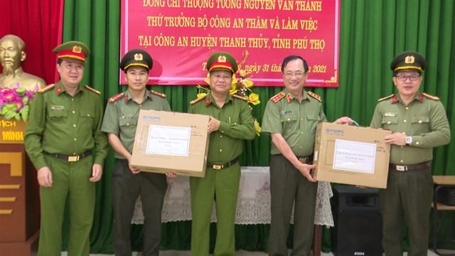 Đồng chí Thượng tướng, PGS.TS Nguyễn Văn Thành - Thứ trưởng Bộ Công an và các thành viên trong đoàn thăm, tặng quà Công an huyện Thanh Thủy