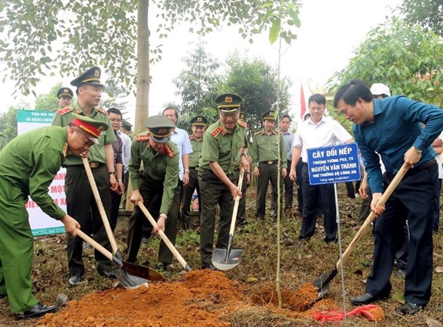 Thứ trưởng Nguyễn Văn Thành và các đại biểu trồng cây tại Khu lưu niệm Bác Hồ thuộc khu đồi Bạch Thạch, xã Đào Xá, huyện Thanh Thủy