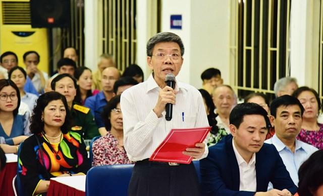 Các cử tri phát biểu ý kiến tại hội nghị.