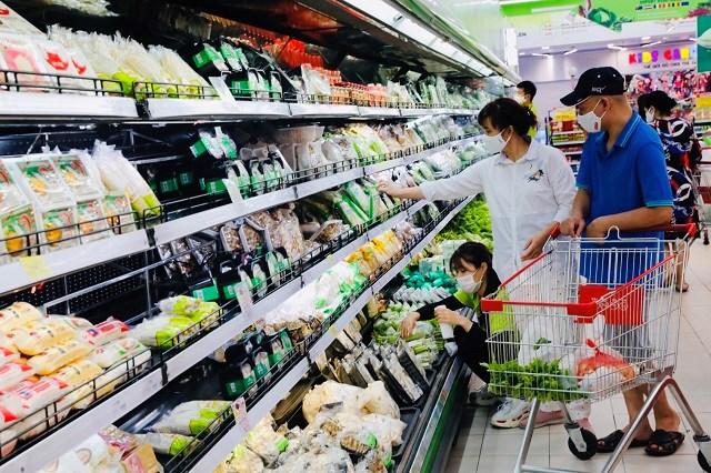 Mức bán lẻ hàng hóa và dịch vụ tiêu dùng tăng cao trong thời gian qua. Trong ảnh: Người tiêu dùng mua hàng tại siêu thị Hapro. Ảnh: Thanh Hải