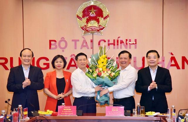 Ủy viên Bộ Chính trị, Bí thư Thành ủy Hà Nội Đinh Tiến Dũng, Bộ trưởng Bộ Tài chính Hồ Đức Phớc với các đồng chí Thường trực Thành ủy Hà Nội.