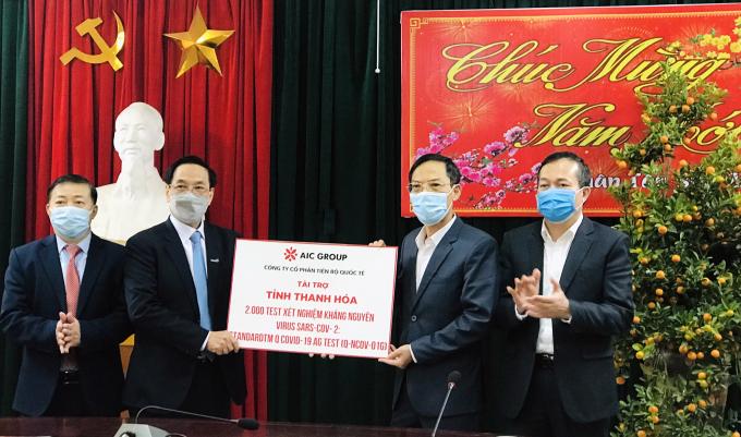 Tỉnh Thanh Hoá tiếp nhận 2.000 test xét nghiệm kháng nguyên virus SARS-CoV-2 từ Tập đoàn AIC GROUP. Ảnh: Báo TH.