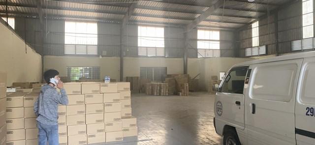 Kho hàng hóa tại Hưng Yên chứa trên 93.000 sản phẩm chưa xuất trình được hóa đơn, chứng từ. (Ảnh: QLTT)