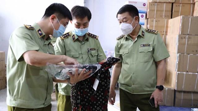 Lực lượng chức năng kiểm tra hàng hóa tại hiện trường