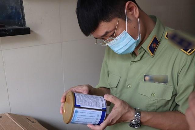Đội trưởng Đội QLTT số 14, Cục QLTT Hà Nội kiểm tra sản phẩm tại hiện trường