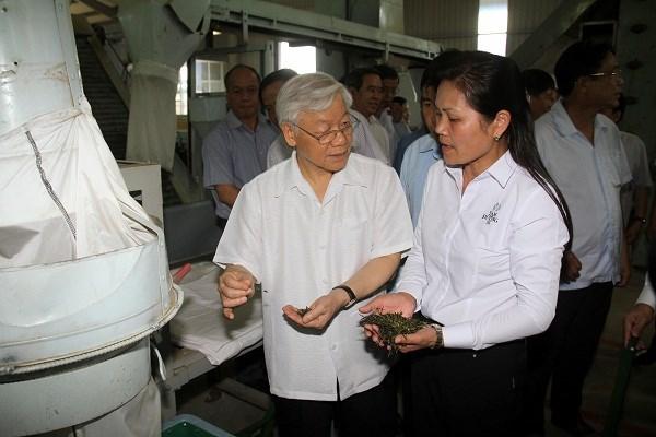 Bà Nguyễn Thị Loan giới thiệu công nghệ sản xuất chè sạch SenCha, TenCha hiện đại từ Nhật Bản với Tổng bí thư Nguyễn Phú Trọng