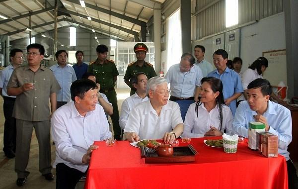 Tại nhà máy, Công ty cổ phần ĐTPT chè Tam Đường vinh dự mời Tổng Bí Thư thưởng trà dùng thử sản phẩm bánh Matcha Cookies làm từ trà xanh của công ty.