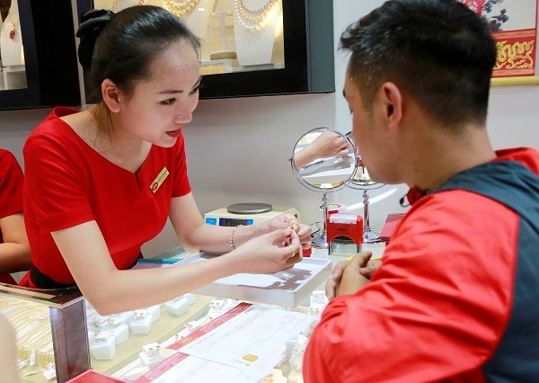 Nhân viên tại cửa hàng tận tình giải thích các công đoạn và chế tác để làm ra một sản phẩm hoàn mỹ.