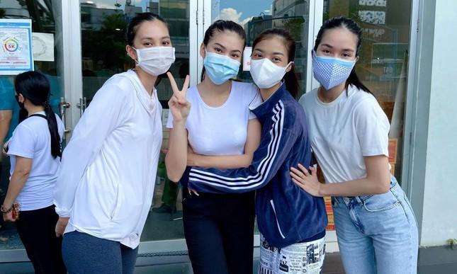 Á hậu Phương Anh làm tình nguyện viên giúp đỡ người ngoại quốc ở khu tiêm vắc-xin ảnh 1