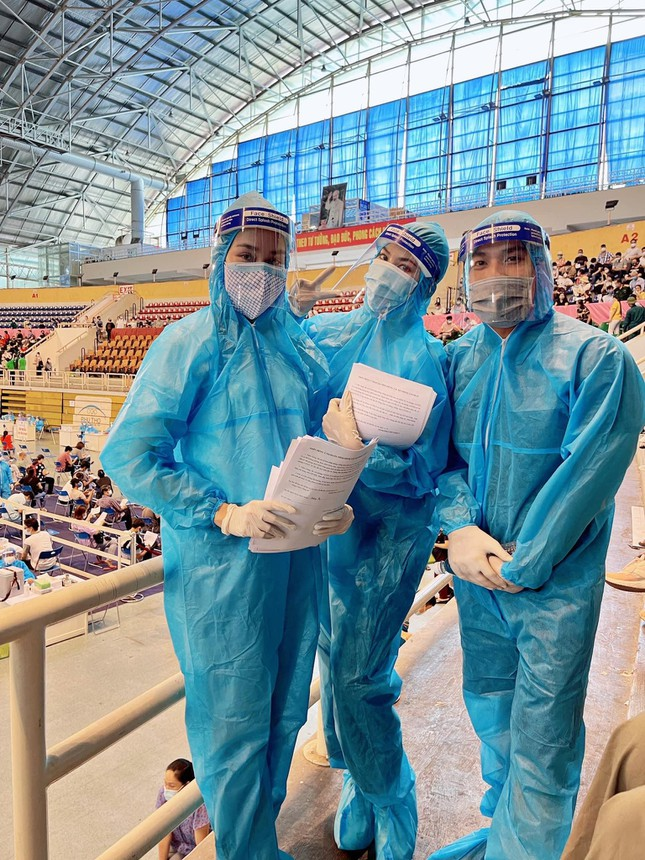 Á hậu Phương Anh làm tình nguyện viên giúp đỡ người ngoại quốc ở khu tiêm vắc-xin ảnh 2