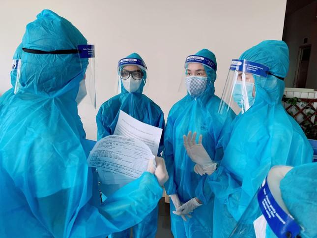 Á hậu Phương Anh làm tình nguyện viên giúp đỡ người ngoại quốc ở khu tiêm vắc-xin ảnh 3