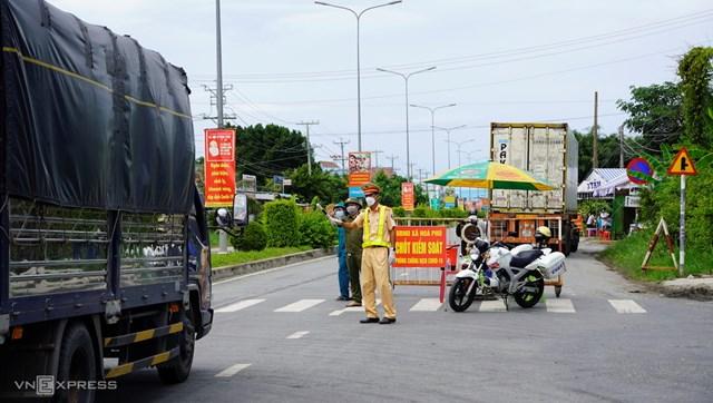 Chốt kiểm soát dịch bệnh huyện Châu Thành, Long An (tháng 7/2021), xe tải ngoài địa phương phải có giấy xét nghiệm âm tính mới được vào địa bàn - Ảnh: Hoàng Nam.