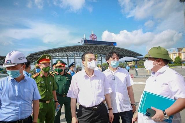 Chủ tịch UBND thành phố Hà Nội, ông Chu Ngọc Anh đã đến kiểm tra công tác chốt phòng chống dịch tại chốt số 2 đoạn Trạm thu phí cao tốc Pháp Vân- Cầu Giẽ- Ninh Bình.
